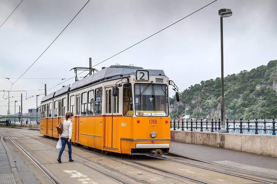 Gul sporvogn i Budapest